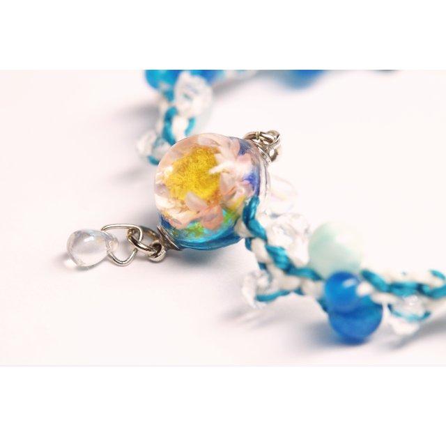 水滴揺れる花球体の編み編みブレスレット【桃花×空紐】の画像