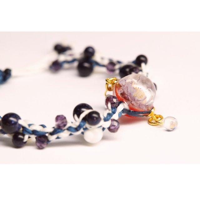 水滴揺れる花球体の編み編みブレスレット【薄紫花×紺紐】の画像