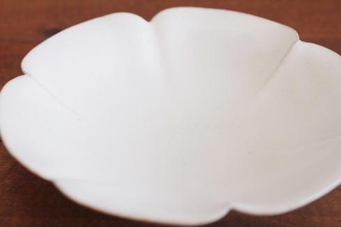 黒木泰等 白釉輪花皿画像